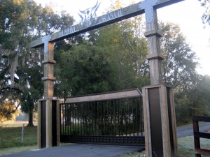custom_fabricated_metal_swing_steel_wood_entrance_estate_farm_ranch_driveway_gate_1