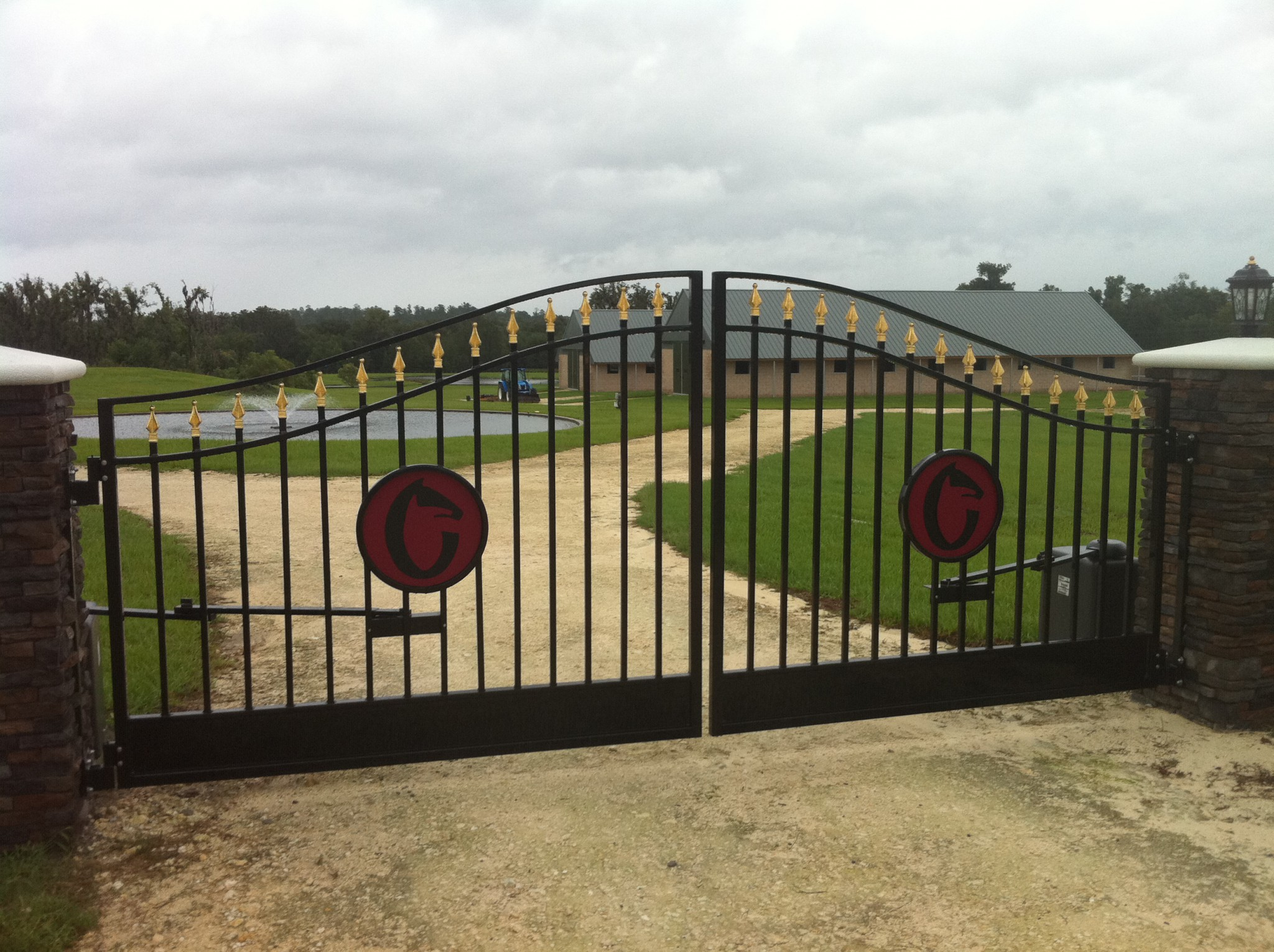 Gates and entrances double r manufacturing for Aluminum gates for driveways